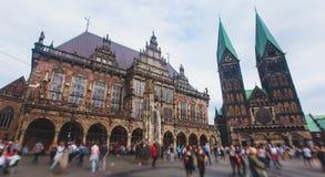 Άποψη του τετραγώνου αγοράς της Βρέμης με το Δημαρχείο, το άγαλμα του Roland και το πλήθος των ανθρώπων, ιστορικό κέντρο, Γερμανί Στοκ εικόνες με δικαίωμα ελεύθερης χρήσης