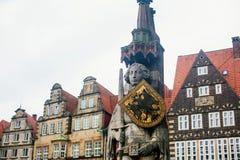 Άποψη του τετραγώνου αγοράς της Βρέμης με το Δημαρχείο, το άγαλμα του Roland και το πλήθος των ανθρώπων, ιστορικό κέντρο, Γερμανί Στοκ Εικόνα