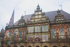 Άποψη του τετραγώνου αγοράς της Βρέμης με το Δημαρχείο, το άγαλμα του Roland και το πλήθος των ανθρώπων, ιστορικό κέντρο, Γερμανί Στοκ Φωτογραφίες