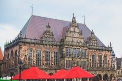 Άποψη του τετραγώνου αγοράς της Βρέμης με το Δημαρχείο, το άγαλμα του Roland και το πλήθος των ανθρώπων, ιστορικό κέντρο, Γερμανί Στοκ φωτογραφία με δικαίωμα ελεύθερης χρήσης