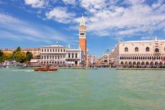 Άποψη του τετραγώνου σημαδιών του ST από το κανάλι, Βενετία, Ιταλία Στοκ Εικόνα