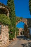 Άποψη του τοίχου και της αψίδας πετρών στην είσοδο Les Arcs-sur-Argens Στοκ Φωτογραφίες