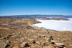 Άποψη του τοπίου άνοιξη στη Σιβηρία με μέρος της παγωμένης λίμνης Baikal στην απόσταση από τη τοπ άποψη στοκ φωτογραφία με δικαίωμα ελεύθερης χρήσης
