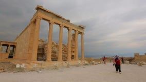 Άποψη του τουρίστα που εξετάζει τις καταστροφές του αρχαίου κτηρίου, timelapse πυροβολισμός απόθεμα βίντεο