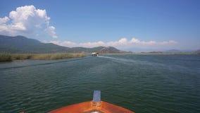 Άποψη του τουρκικού απέραντου ταξιδιού ποταμών κατά μήκος των πράσινων ακτών απόθεμα βίντεο
