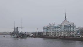 Άποψη του υποβρυχίου και της ακτής στον ποταμό Neva σε Άγιο Πετρούπολη Πλήθη του περιπάτου ανθρώπων στην προκυμαία φιλμ μικρού μήκους