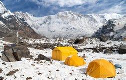 Άποψη του υποστηρίγματος Annapurna με τις σκηνές από το στρατόπεδο βάσεων, Νεπάλ Στοκ Εικόνα