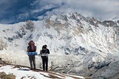 Άποψη του υποστηρίγματος Annapurna με δύο ορειβάτες Στοκ εικόνες με δικαίωμα ελεύθερης χρήσης