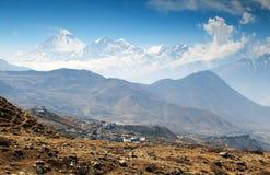 Άποψη του υποστηρίγματος Dhaulagiri και του χωριού Muktinath Στοκ φωτογραφίες με δικαίωμα ελεύθερης χρήσης
