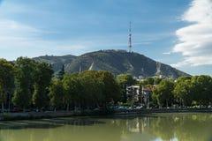 Άποψη του υποστηρίγματος Mtatsminda μέσω του ποταμού Kura στο Tbilisi, Γεωργία Στοκ Φωτογραφία
