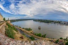 Άποψη του φρουρίου Petrovaradin και του ποταμού Δούναβη Στοκ Εικόνες
