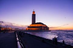 Άποψη του Χασάν ΙΙ μουσουλμανικό τέμενος από την αλέα περιπάτων στο ηλιοβασίλεμα Στοκ Εικόνες