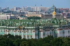 Άποψη του χειμερινού παλατιού από την κιονοστοιχία του καθεδρικού ναού Αγίου Isaac ` s Πετρούπολη Ρωσία ST στοκ φωτογραφία με δικαίωμα ελεύθερης χρήσης