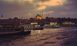 Άποψη του χρυσού κέρατου και του μουσουλμανικού τεμένους Suleymaniye στη Ιστανμπούλ τη νύχτα Στοκ Εικόνες