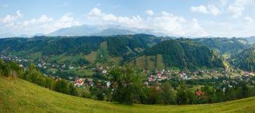 Άποψη του χωριού καλοκαιριού πίτουρου (Ρουμανία) Στοκ Φωτογραφία