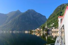 Άποψη του χωριού όχθεων της λίμνης Hallstatt με τα βουνά που απεικονίζεται στο λ Στοκ εικόνες με δικαίωμα ελεύθερης χρήσης