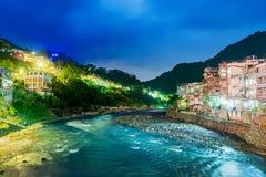 Άποψη του χωριού Wulai τη νύχτα με τον ποταμό Στοκ φωτογραφία με δικαίωμα ελεύθερης χρήσης