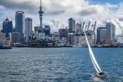 Άποψη του Ώκλαντ από τη θάλασσα και το πλέοντας σκάφος, Νέα Ζηλανδία Στοκ Φωτογραφίες