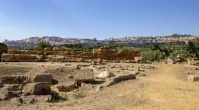 Άποψη του Agrigento Σικελία από την κοιλάδα των ναών στοκ εικόνα με δικαίωμα ελεύθερης χρήσης