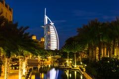 Άποψη του Al Άραβας Burj ξενοδοχείων από το παζάρι Madinat Jumeirah Στοκ Φωτογραφία