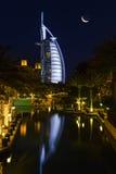 Άποψη του Al Άραβας Burj ξενοδοχείων από το παζάρι Madinat Jumeirah Στοκ Εικόνα