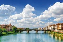 Άποψη του alla Carraia Ponte πέρα από τον ποταμό Arno στη Φλωρεντία Στοκ Εικόνες