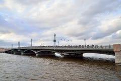 Άποψη του Annunciation αγγλικού αναχώματος γεφυρών του Neva ρ Στοκ εικόνα με δικαίωμα ελεύθερης χρήσης