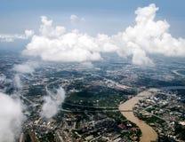 Άποψη του Ariel της πόλης μέσω των σύννεφων Στοκ Εικόνα