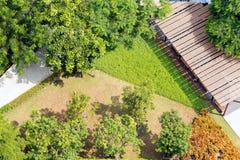 Άποψη του Ariel του ειρηνικού σύγχρονου υποβάθρου κήπων Στοκ φωτογραφία με δικαίωμα ελεύθερης χρήσης
