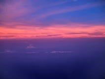 Άποψη του Ariel των σύννεφων και του ουρανού στο ηλιοβασίλεμα επάνω από την πόλη Στοκ φωτογραφίες με δικαίωμα ελεύθερης χρήσης