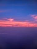 Άποψη του Ariel των σύννεφων και του ουρανού στο ηλιοβασίλεμα επάνω από την πόλη Στοκ εικόνες με δικαίωμα ελεύθερης χρήσης