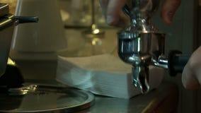 Άποψη του barista που κατασκευάζει τον καφέ στη μηχανή καφέ απόθεμα βίντεο