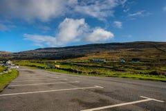 Άποψη του Burren από το υπαίθριο σταθμό αυτοκινήτων στην παραλία Fanore, κοβάλτιο clare Στοκ εικόνα με δικαίωμα ελεύθερης χρήσης