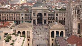 Άποψη του Di Μιλάνο & Vittorio Emanuele Gallery Duomo από Martini τη στέγη πεζουλιών, ουρανοξύστης Porta Nuova στο υπόβαθρο απόθεμα βίντεο