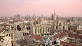 Άποψη του Di Μιλάνο & Vittorio Emanuele Gallery Duomo από Martini τη στέγη πεζουλιών, ουρανοξύστης Porta Nuova στο υπόβαθρο φιλμ μικρού μήκους