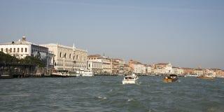 Άποψη του Doge παλατιού με τις βάρκες. Βενετία Στοκ Εικόνα