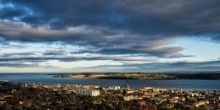 Άποψη του Dundee από το νόμο Στοκ Εικόνες