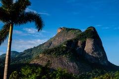 Άποψη του Gavea Stone, που βλέπει από την οδό με τα σπίτια στο λόφο κατά τη διάρκεια αργά το απόγευμα tijuca DA de janeiro Ρίο ba στοκ φωτογραφίες με δικαίωμα ελεύθερης χρήσης