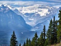 Άποψη του Lake Louise από τη γόνδολα, που παρουσιάζει κατάστασή του μεταξύ των βουνών στοκ φωτογραφίες με δικαίωμα ελεύθερης χρήσης