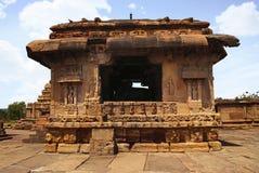 Άποψη του mandapa Nandi, ναός Virupaksha, ναός Pattadakal σύνθετος, Pattadakal, Karnataka Άποψη από το νότο Σημειώστε το όμορφο α στοκ εικόνες