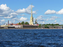 Άποψη του Peter και του φρουρίου του Paul Ο ποταμός Neva γέφυρα okhtinsky Πετρούπολη Ρωσία Άγιος Στοκ Εικόνες