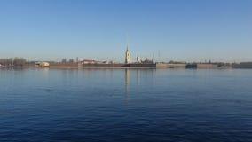 Άποψη του Peter και του φρουρίου του Paul σε ένα ηλιόλουστο πρωί Απριλίου Άγιος-Πετρούπολη απόθεμα βίντεο