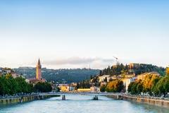 Άποψη του Ponte Nuovo πέρα από τον ποταμό Adige, Βερόνα, Ιταλία Στοκ εικόνα με δικαίωμα ελεύθερης χρήσης