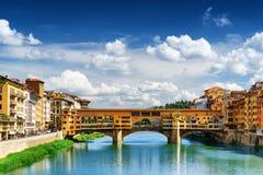 Άποψη του Ponte Vecchio πέρα από τον ποταμό Arno, Φλωρεντία, Ιταλία Στοκ εικόνα με δικαίωμα ελεύθερης χρήσης