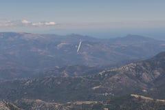 Άποψη του sailplane πέρα από τα βουνά Στοκ Εικόνα