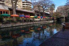 Άποψη του San Antonio Riverwalk με τις ζωηρόχρωμες ομπρέλες Στοκ Εικόνες