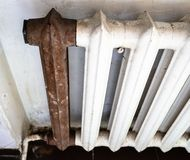 Άποψη του shabby θερμαντικού σώματος θέρμανσης με το σκουριασμένο τμήμα στοκ φωτογραφίες