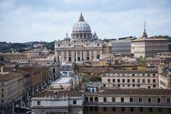 Άποψη του ST Peters και πόλη του Βατικανού από το Castel Sant'Angelo από τον ποταμό Tiber στη Ρώμη Ιταλία Στοκ Εικόνες