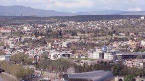 Άποψη του Tbilisi, βουνά, μουσική, θέατρο και δράμα, το president' κατοικία του s Μετακίνηση των αυτοκινήτων στο δρόμο φιλμ μικρού μήκους