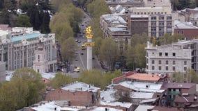 Άποψη του Tbilisi και του μνημείου ST George, προστάτης Άγιος της Γεωργίας Μετακίνηση των αυτοκινήτων στο δρόμο απόθεμα βίντεο